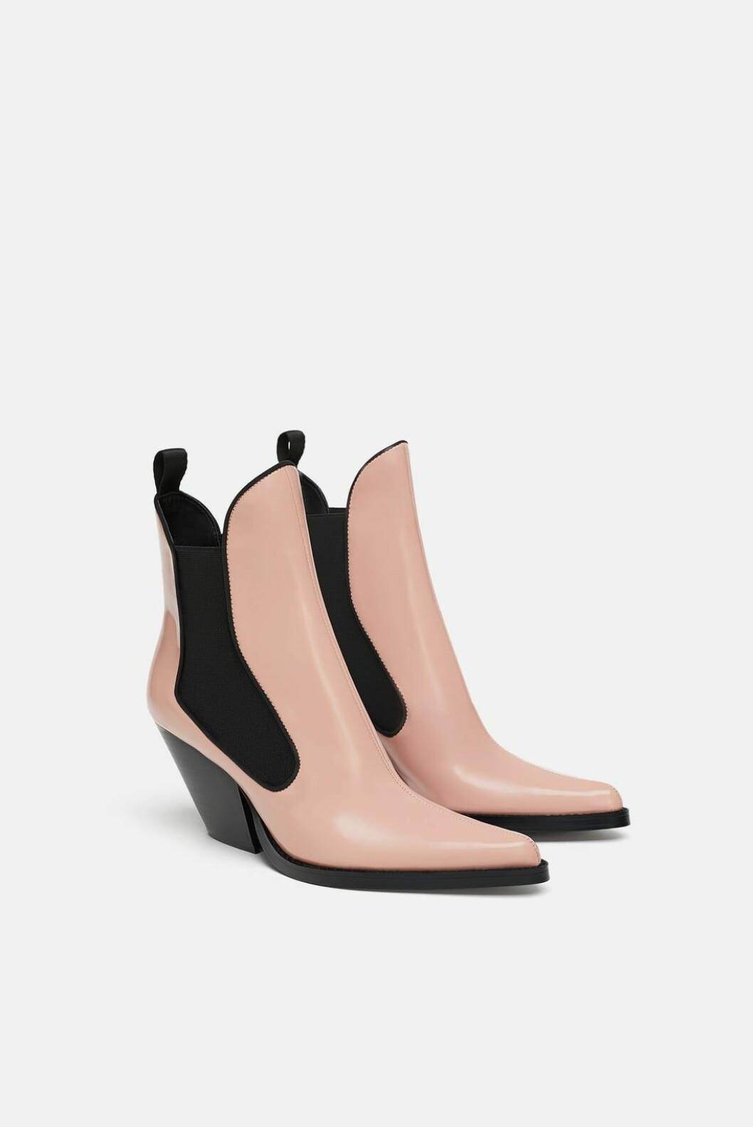 Boots fra Zara  700,-  https://www.zara.com/no/no/cowboyskolett-p17112301.html?v1=6682507&v2=1074625