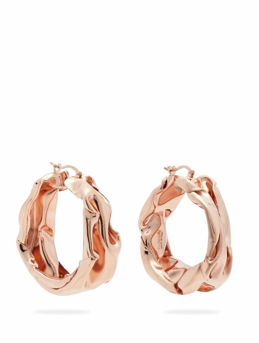 Øredobber fra Jil Sander  1600,-  https://www.matchesfashion.com/intl/products/Jil-Sander-Hammered-rose-gold-tone-hoop-earrings-1232879