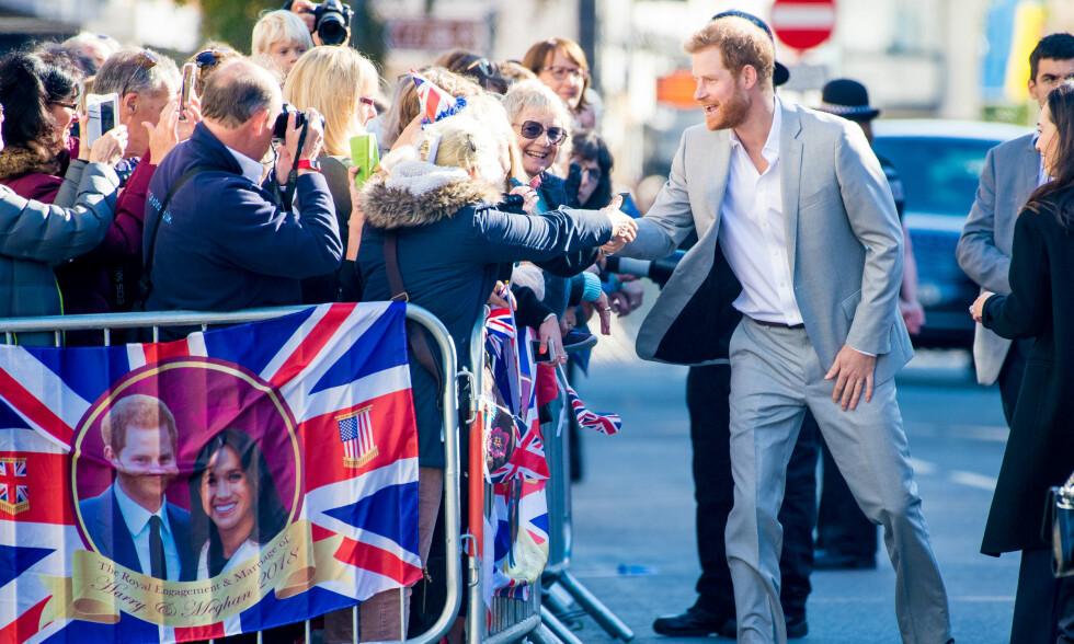 FIKK ET KYSS: Prins Harry og hertuginne Meghan avla onsdag et besøk i den engelske byen Sussex, og der var det en eldre kvinne som kunne juble over å ha blitt kysset på hånden av prinsen. Foto: NTB Scanpix