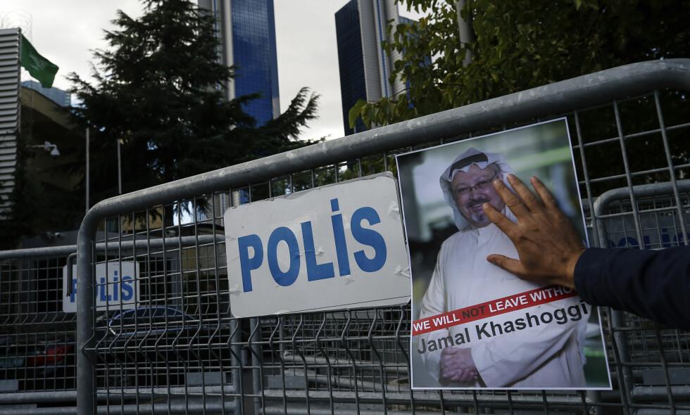 SAVNET: En plakat av den savnede journalisten Jamal Khashoggi henges opp. Nå hevder enkelte kilder at han er drept. Foto: AP / NTB Scanpix