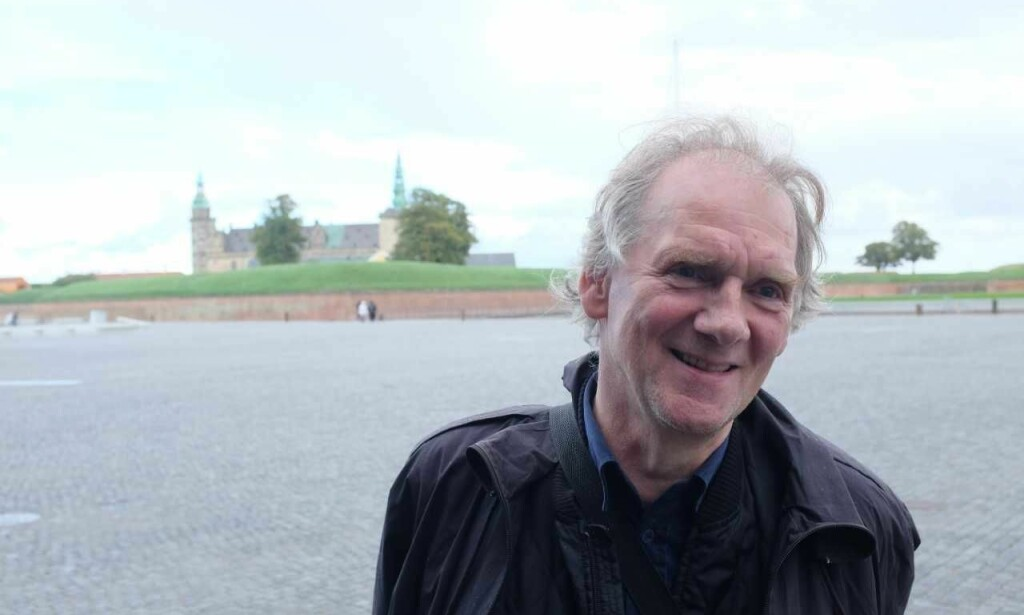 """STERK KANDIDAT: Jóanes Nielsen er det store navnet i dagens litteratur på Færøyene. Her er han på nORD-festivalen i Helsingör. I bakgrunnen Kronborg Slott, kjent som kulissen til """"Hamlet"""". Foto: Fredrik Wandrup"""