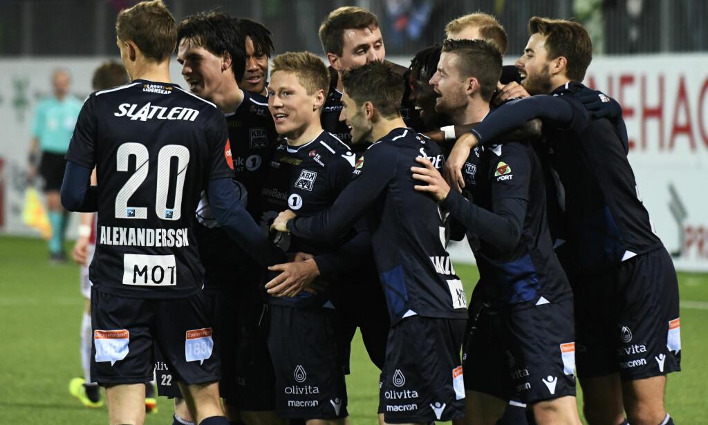JUBEL: Kristiansundspillerne feirer scoring i kampen mot Tromsø på Kristiansund stadion. Foto: Anders Tøsse / NTB scanpix