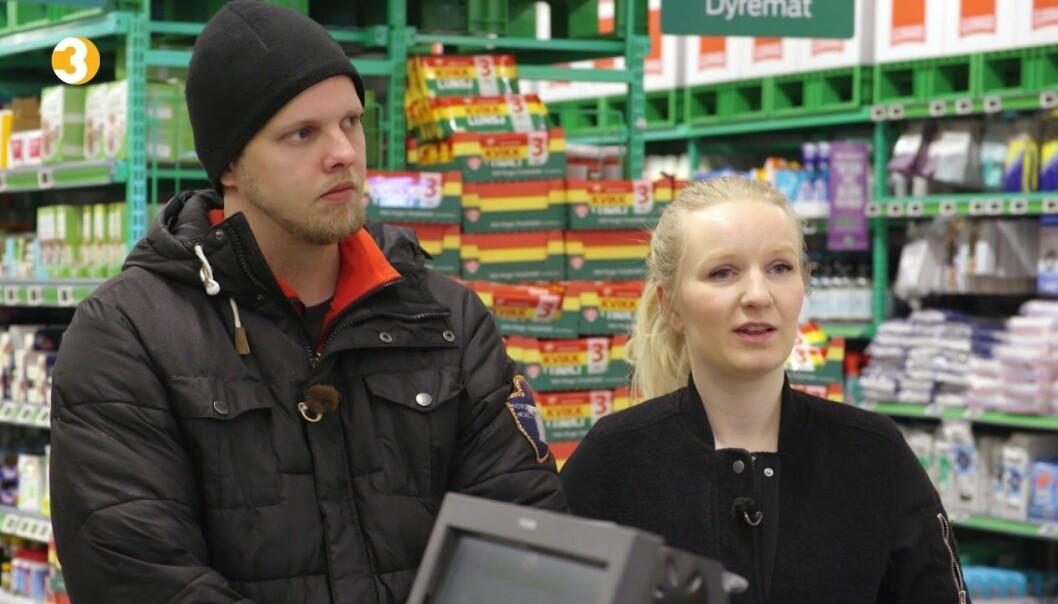 <strong>INN MED TESKJE:</strong> Hallgeir Kvadsheim tok paret med på butikken for å vise dem hvorfor de går i minus hver måned. Det enorme forbruket må stagneres om paret skal klare å bli gjeldfrie. Foto: TV3
