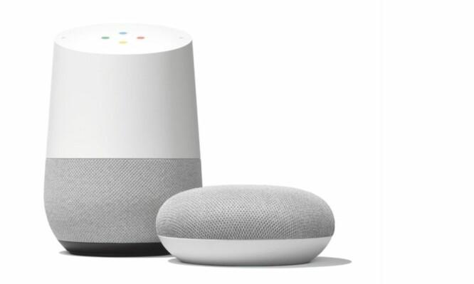 <strong>TO HØYTTALERE:</strong> Google Home (til venstre) og Google Home Mini lanseres på det norske markedet 24. oktober. Den største modellen, Max, er dog ikke med i denne runden. Foto: Google
