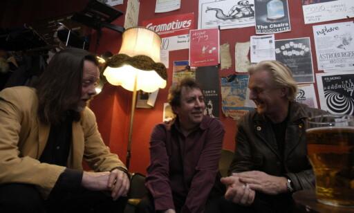 BACKSTAGE: Bert Jansch har fått besøk av Lillebjørn Nilsen (t.v.) og Finn Kalvik på Mono i 2002. Foto: John Terje H. Hansen / Dagbladet