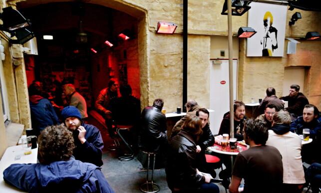 UTE: Café Mono er blitt en institusjon i Oslo, men om snaut tre måneder er det slutt. Her fra «røykeavdelinga». Foto: Kristian Ridder-Nielsen / Dagbladet
