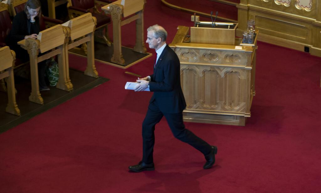 STATSMINISTER: Ap-leder Jonas Gahr Støre kan bli statsminister før jul. KrF sitter med nøkkelen, men Erna Solberg ventes å selge seg dyrt. Her er Støre i steget under trontaledebatten. Foto: Terje Pedersen / NTB scanpix