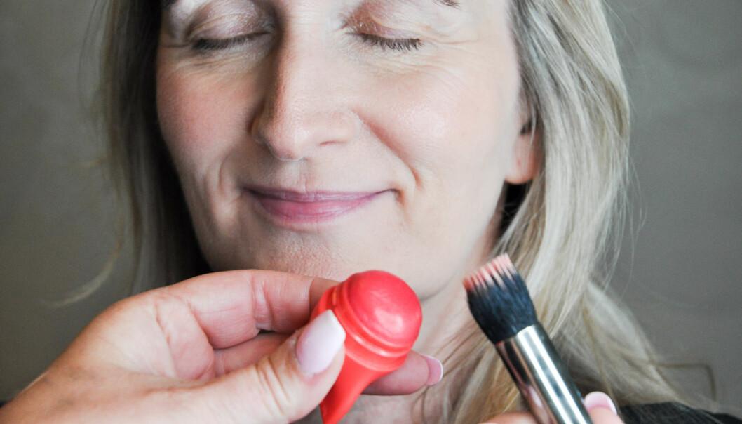 <strong>KREM:</strong> Dette er bedre på voksen hud, for ikke å fremheve små ansiktshår og rynker. Krem-rouge på kinnbena gir glød til ansiktet. Foto: Jartrud Høstmælingen