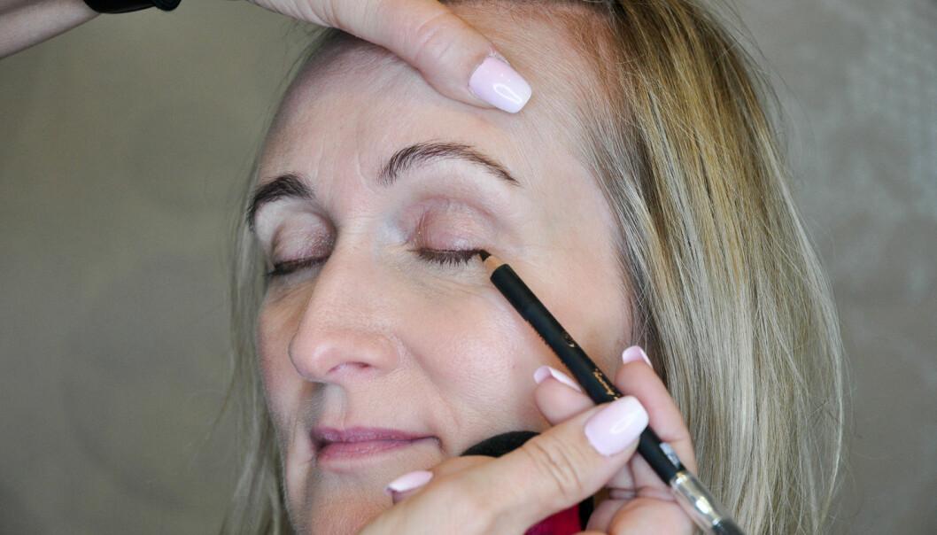 <strong>EYELINER:</strong> Du kan påføre eyelineren helt ned mot vippekanten. Gråbrun er en fin farge som ikke er for kraftig mot voksen hud. Foto: Jartrud Høstmælingen