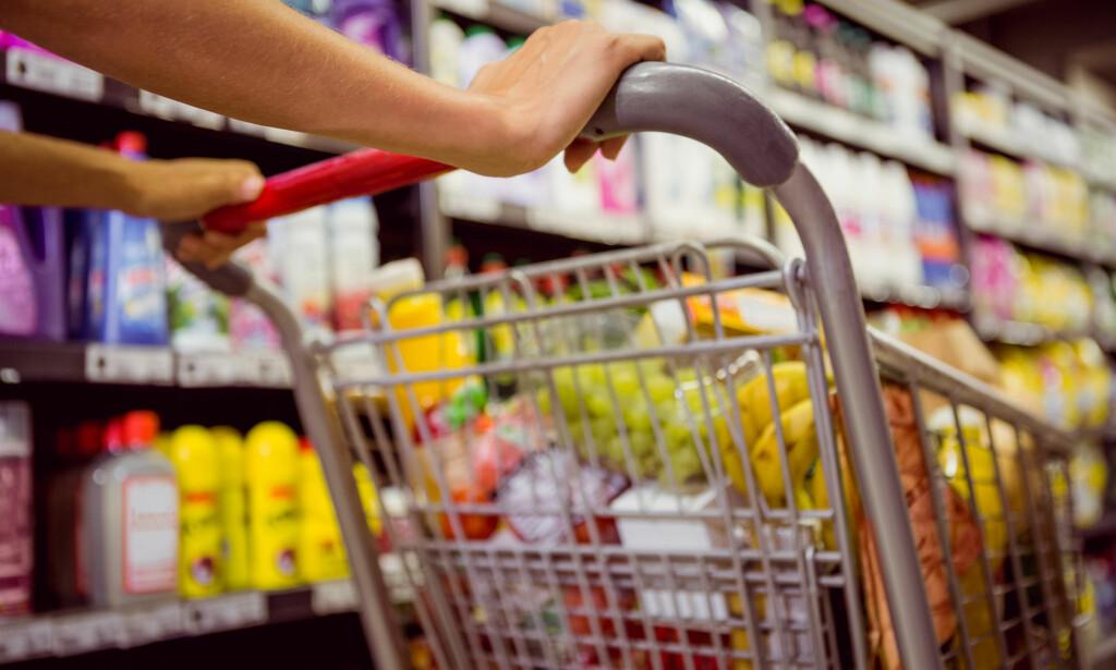 SYNKER OG ØKER: Mat ble billigere mellom august og september, men øker over tolvmånedersperioden. Foto: Shutterstock/NTB Scanpix.