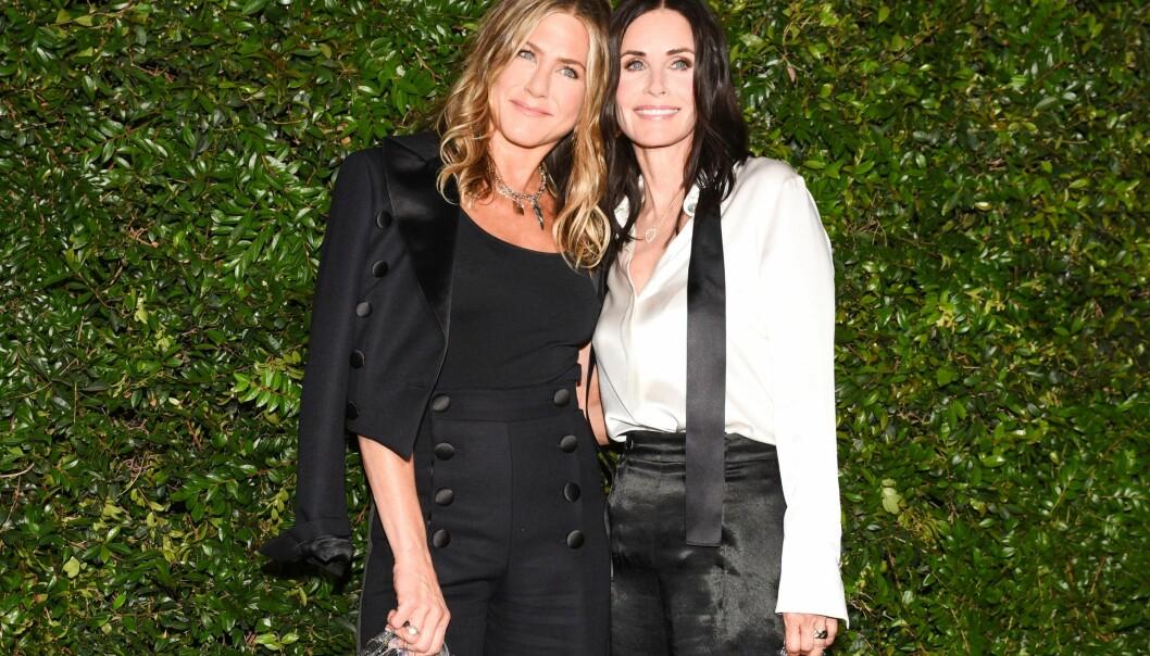 VENNER FOR LIVET: Skuespillerne Jennifer Aniston og Courtney Cox ble i løpet av de 10 årene de jobbet på TV-serien også gode venner privat. Dette bildet er tatt sommeren 2018. FOTO: NTB Scanpix