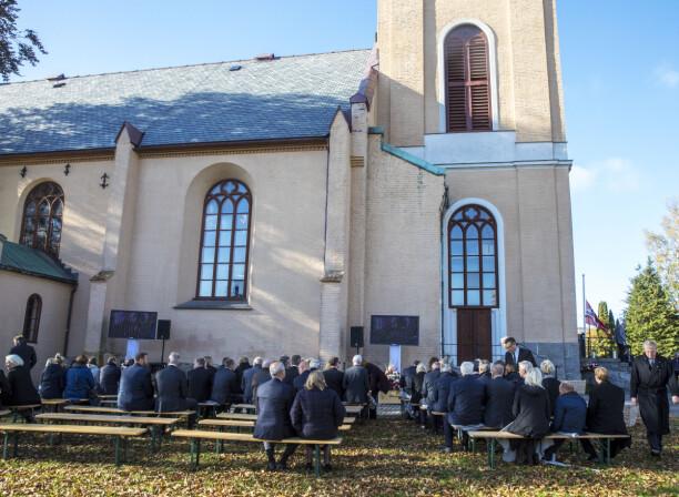 FULLSATT KIRKE: Det var satt opp benker og skjermer for dem som ikke fikk plass inne i Larvik kirke.     Foto: Ole Berg-Rusten / NTB Scanpix
