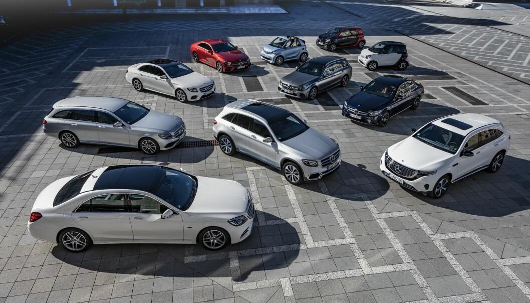 <strong>LADBAR OFFENSIV:</strong> Fra de små smart-bilene (bakerst) til den svære S-klassen (forrest), har Mercedes satt i gang sin stor-offensiv for alvor. Samtlige biler på bildet kan plugges inn. De ladbare hybridene har fått dobbel kapasitet i forhold til tidligere - og vi har prøvekjørt dem. Foto: Daimler