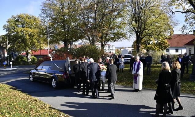 DEN SISTE REISE: Mille-Marie Treschows kiste ble fraktet fra kirken i en ventende bårebil etter den rørende bisettelsen. Foto: Lars Eivind Bones/ Dagbladet