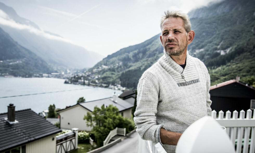 SYK: Det var forrige måned at tv-fenomenet Leif Einar Lothe (49) oppdaget at han har fått svulster på stemmebåndet. Her avbildet hjemme i Odda i sommer. Foto: Christian Roth Christensen / Dagbladet
