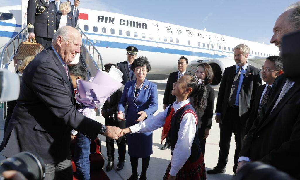image: Her starter kongeparet statsbesøket i Kina. I naboprovinsen holdes nær én million mennesker internert