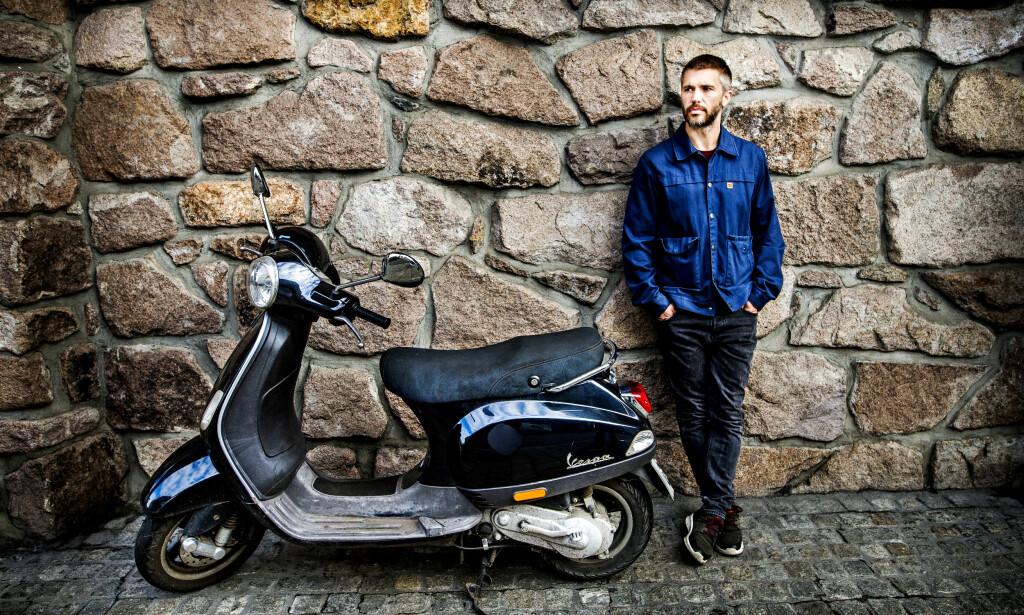TROFAST: Nicolai Cleve Broch med skuteren han kjøpte i 2004, etter at han hadde spilt inn «Uno». Foto: John T. Pedersen