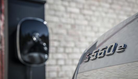 <strong>LUKSUS-HYBRID:</strong> Også den staselige S-klasse har fått oppgradert hybrid drivlinje med samme batterikapasitet som C og E. S 560 e har dermed fått øket rekkevidden fra 35 til 50 km (oppgitt). Foto: Daimler AG