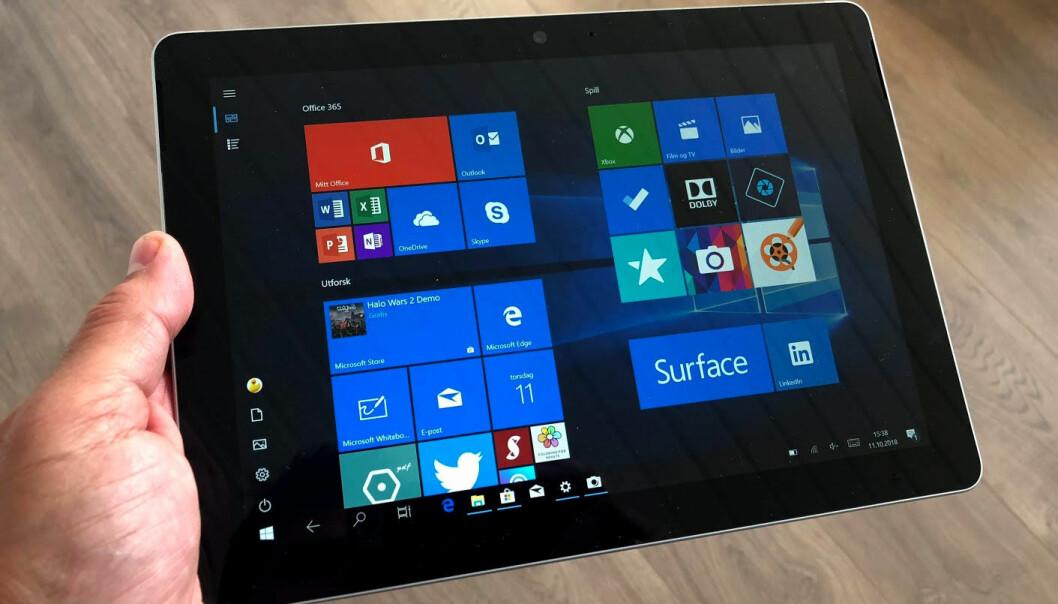 <strong>BRETT SOM KJØRER FULL WINDOWS 10:</strong> Microsoft Surface Go er den rimeligste Surface-modellen. 64 GB-versjonen koster fra det samme som iPad med 128 GB. Surface Go er imidlertid også en fullblods PC. Foto: Bjørn Eirik Loftås