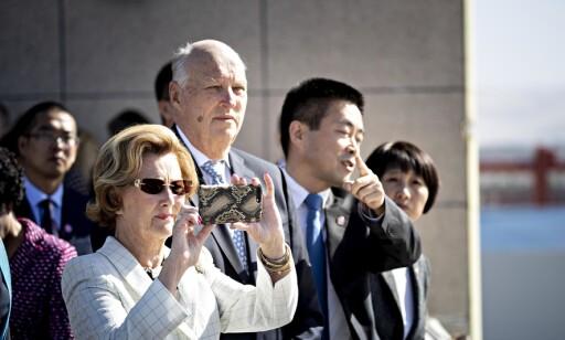 I KINA: Dronning Sonja fulgte nøye med på informasjonen om solanlegget. Foto: Bjørn Langsem