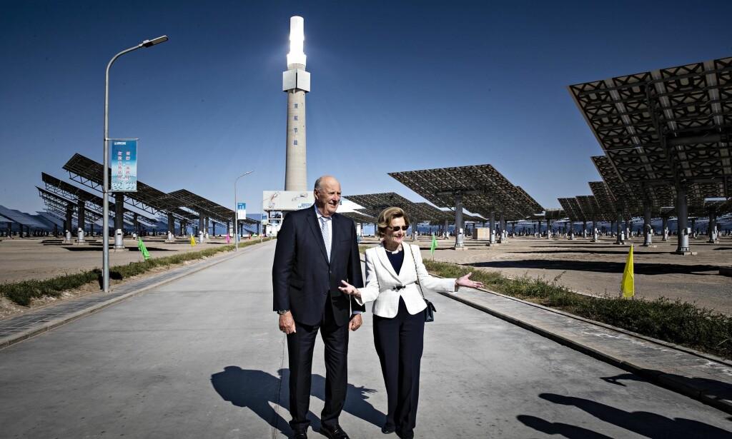 IMPONERT: Det første kinesiske myndigheter ville vise kongeparet i Kina, var satsingene på solenergi. I bakgrunnen er saltårnet som kan lage strøm 24 timer i døgnet. Kongeparet er synlig imponert. Foto: Bjørn Langsem