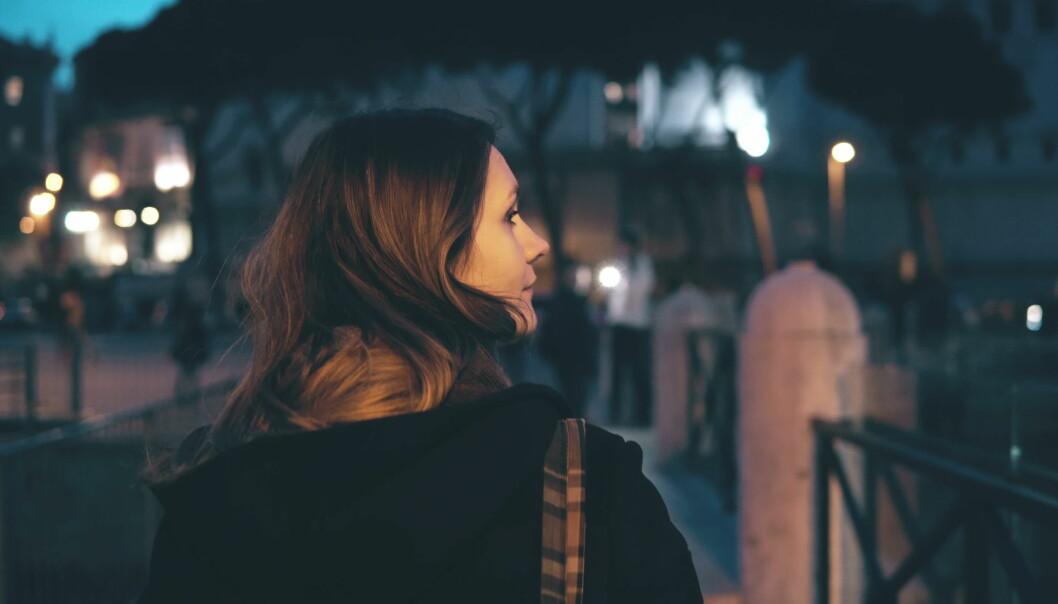 FRYKT OG UBEHAG: Å gå alene om kvelden kan oppleves forskjellig av menn og kvinner. FOTO: NTB Scanpix