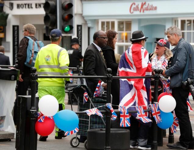 <strong>SPENTE:</strong> Flere fans har samlet seg utenfor slottet og ellers rundt om i byen, i håp om å få et glimt av kjendiser og kongelige. Foto: NTB scanpix