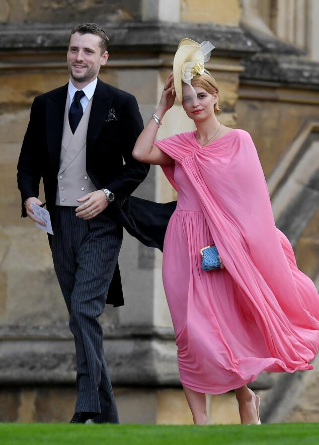 <strong>HOLDT PÅ HATTEN:</strong> Pixie Geldof, som kom med trommeslager George Barnett, sørget for å ikke miste hatten på vei inn i kapellet. Foto: NTB scanpix