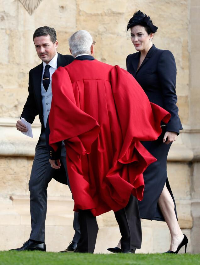 <strong>LIV TYLER:</strong> Filmstjernen så noe kald ut da hun ankom kapellet sammen med ektemannen Dave Gardner (t.v.) - som for øvrig er en nær venn av David Beckham. Foto: NTB scanpix