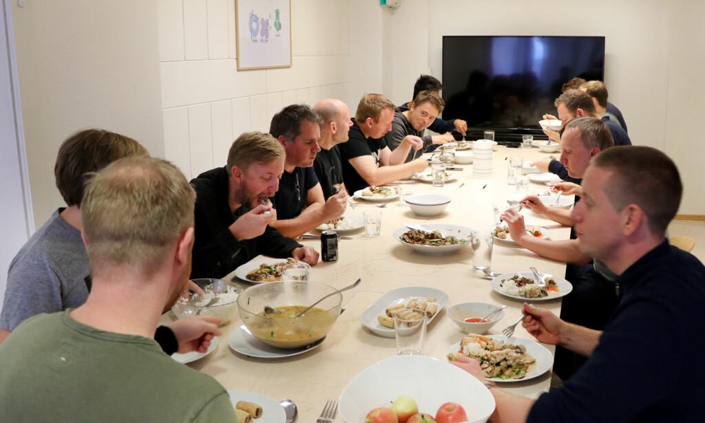 Fiken-gjengen er samlet rundt lunsjbordet. Foto: Jørgen Jacobsen