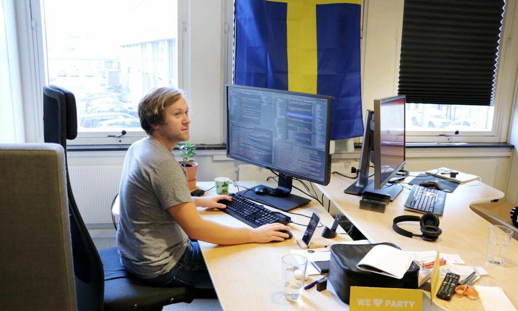 Ironisk nok har Fiken et eget kontor med Sverige-tema. Uten at noen av beboerne på kontoret er svenske. Henrik Bjørlo sitter ved maskinen sin, svøpet i Svensk kultur. Foto: Jørgen Jacobsen