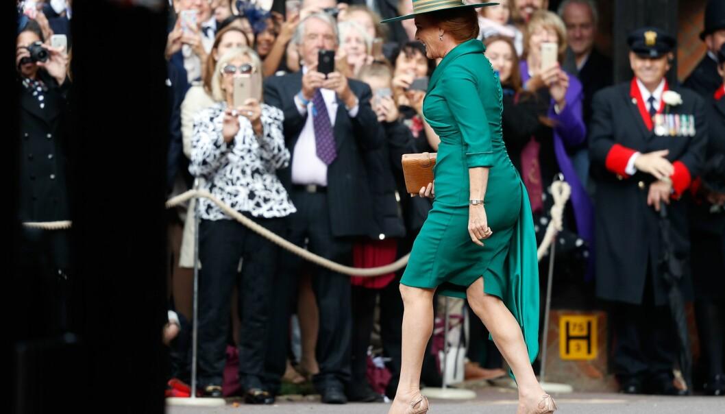 <strong>MÅTTE HILSE:</strong> Sarah Ferguson løp motsatt vei, mot folkemengden, da hun ankom datterens vielse. Foto: NTB scanpix