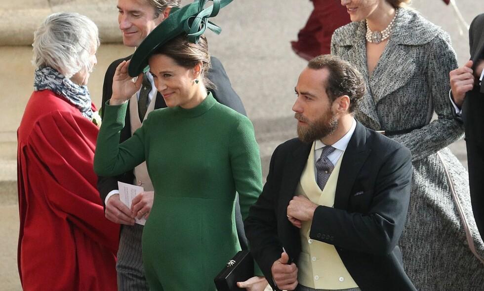 STRÅLTE: Pippa Middleton strålte i grønt på vei inn til bryllup fredag formiddag. Om kort tid blir hun mor for første gang. Foto: NTB scanpix