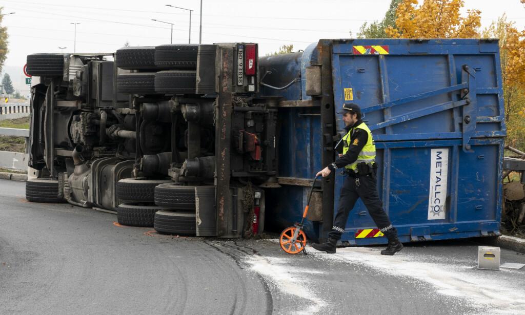 LETTERE SKADD: Et stort vogntog har veltet en rundkjøring i Nedre Kalbakkvei i Oslo. Føreren er lettere skadd, men har store smerter i beina. Foto: Tore Meek / NTB scanpix