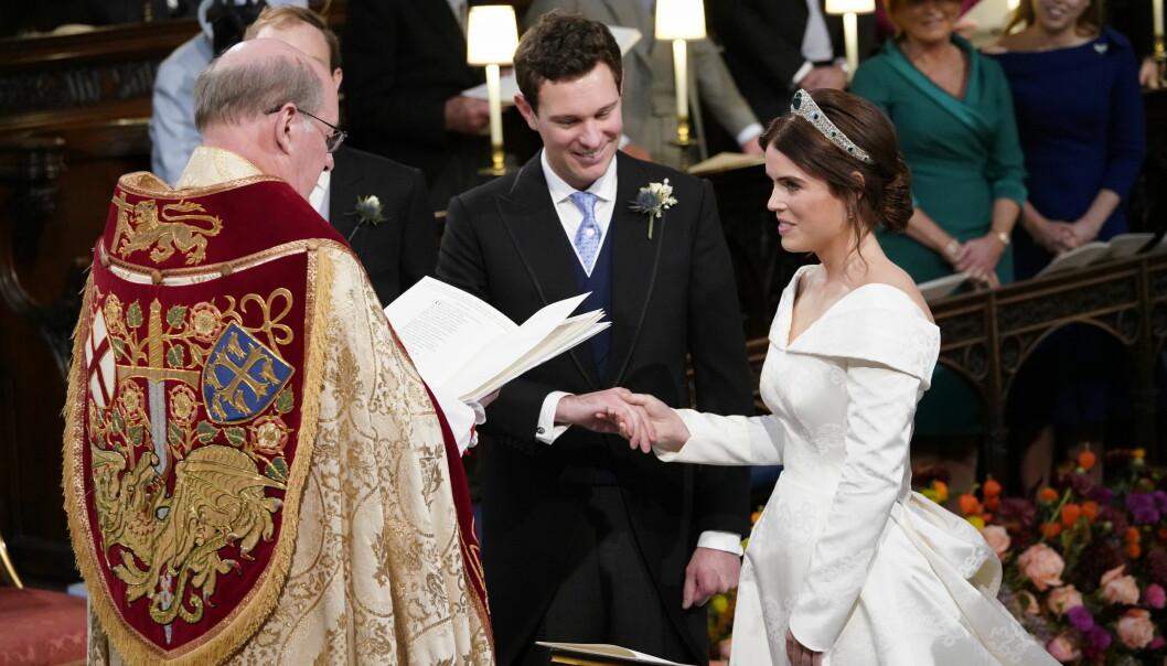SPESIELL BRUDEKJOLE: Prinsesse Eugenie ønsker ikke å skjule operasjonsarrene hun har på ryggen, og fikk designduoen Peter Pilotto og Christopher De Vos til å designe en brudekjole med åpen rygg. FOTO: NTB Scanpix
