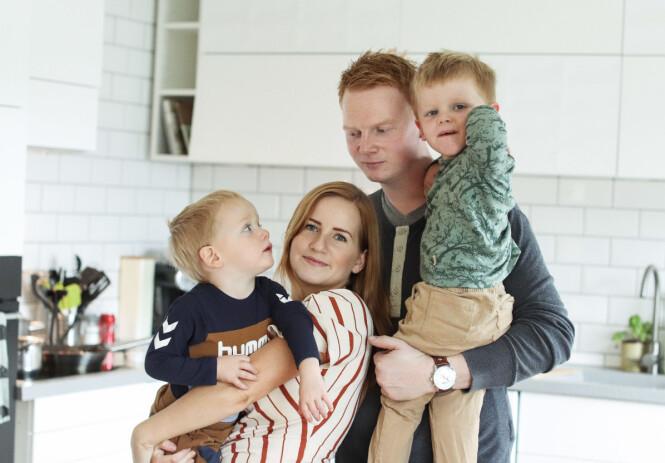 HVERDAGEN MÅ GÅ VIDERE: Iver og Jakob sørger for at mamma og pappa klarer å smile, selv om de står midt oppi en stor sorg. FOTO: Ida Bergersen