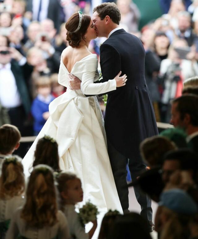 5c1ad173 FLOTT KJOLE: Prinsesse Eugenies brudekjole skilte seg ut på flere måter.  Foto: NTB