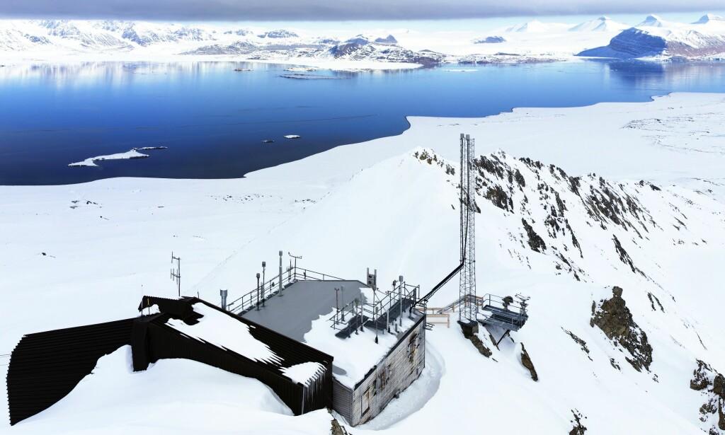 NYTT FUNN: Gassene som er målt på Zeppelinstasjonen på Svalbard har ikke blitt funnet i miljøet før, og ser ut til å komme langveis fra. Foto: Ove Hermansen/NILU