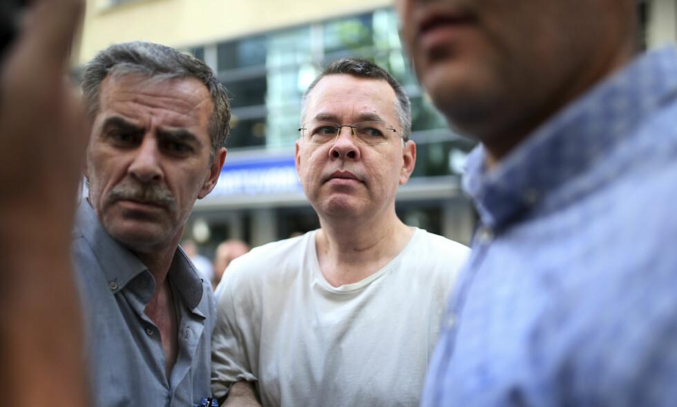 TYRKIA: Pastor Andrew Brunson ved sin bolig i Izmir i Tyrkia tidligere i år. Foto: Emre Tazegul / AP / NTB scanpix