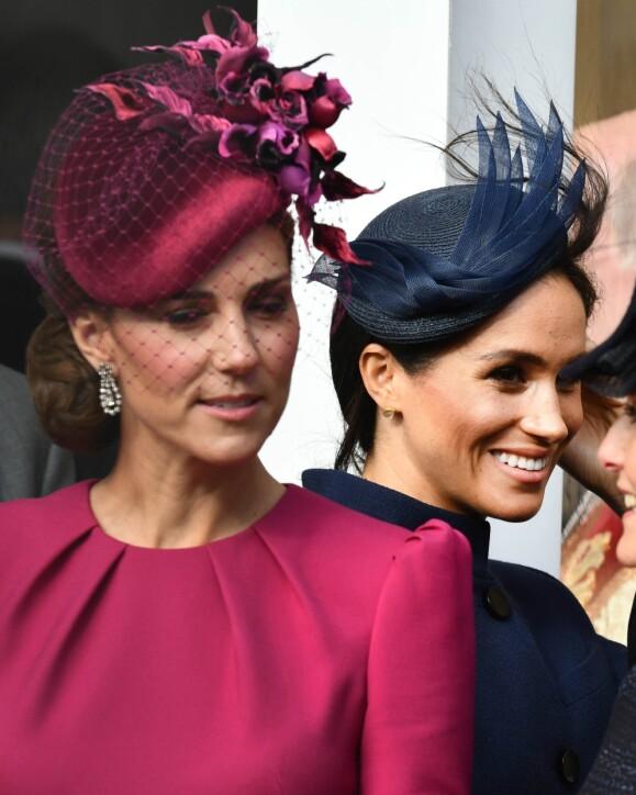 <strong>FRISK BRIS:</strong> Tross sterke vindkast, slapp hertuginne Catherine og hertuginne Meghan slapp unna overskrifter om hatter på avveie. Foto: NTB Scanpix