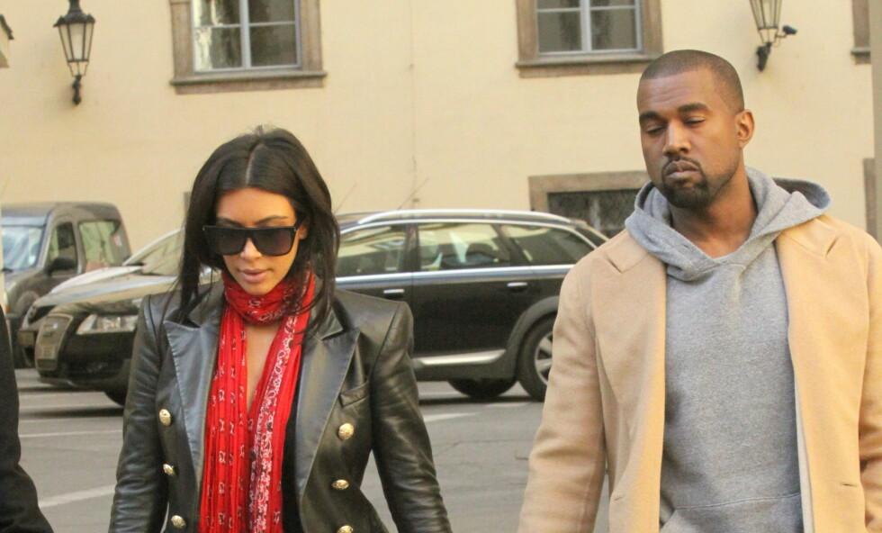 INGENTING HJELPER: Både Kim Kardashian og resten av familien til Kanye West har forsøkt å komme med råd til den verdenskjente rapperen uten hell. Nå skal de ifølge kilder ha begynt å gi opp. Her er ekteparet avbildet sammen mandag. Foto: NTB Scanpix