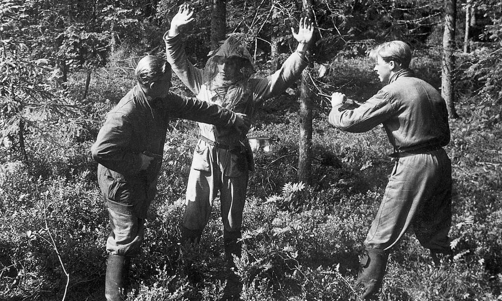 ØVELSE: Per Røed spiller rollen som inntrenger, mens to fra Aks 13 000 undersøker ham. Foto: Fra boka «Sabotøren»