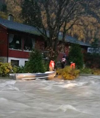 ISOLERT ØY: Redningsmannskapene måtte tjore en wire i treet ved huset for å få manøvrert båten over den strie strømmen. Foto: Privat.