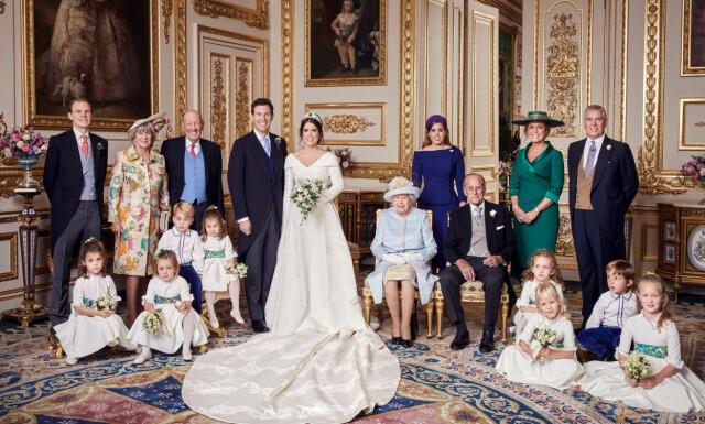 7ff6e8b4 HELE FAMILIEN: Ekteparet prinsesse Eugenie og Jack Brooksbank smiler til  fotografene sammen med (f.v.
