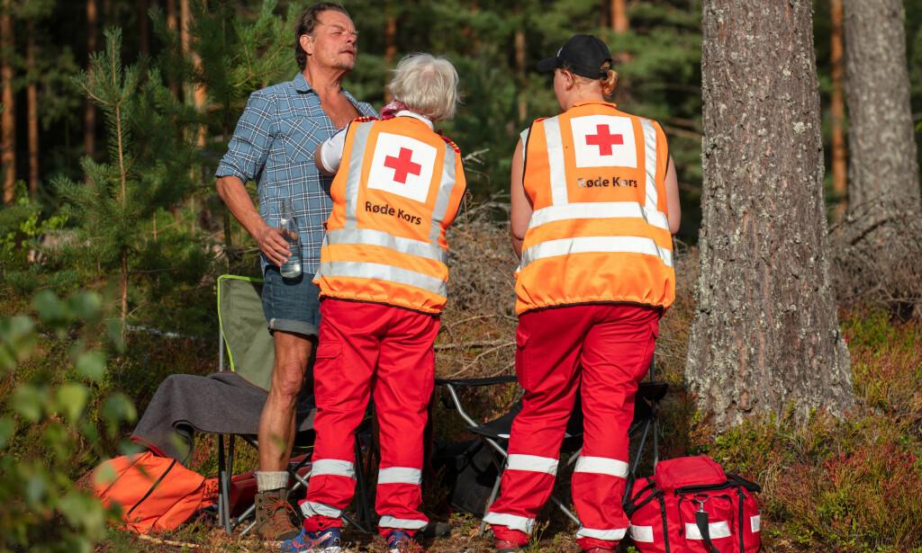 FIKK LEGEHJELP: Jørgen Ringstad fikk bistand av Røde Kors-personell etter fallet. Foto: Alex Iversen / TV 2