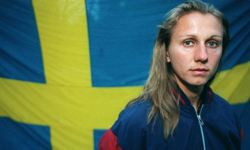 DOPINGTATT: Ludmila Engquist poserer med det svenske flagget i 1996. Det var året den russiskfødte utøveren begynte å konkurrere for Sverige og også året da hun tok OL-gull på 100 meter hekk. Engquist ble tatt for doping to ganger i løpet av karrieren. AP Photo/Joachim Lundgren