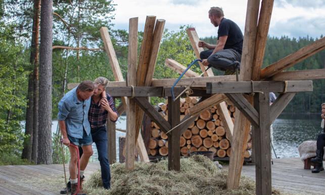SMERTEFULLT: Jørgen Ringstad støttes opp av Gaute Grøtta Grav etter uhellet, og tvekampen stoppes. Foto: Alex Iversen / TV 2