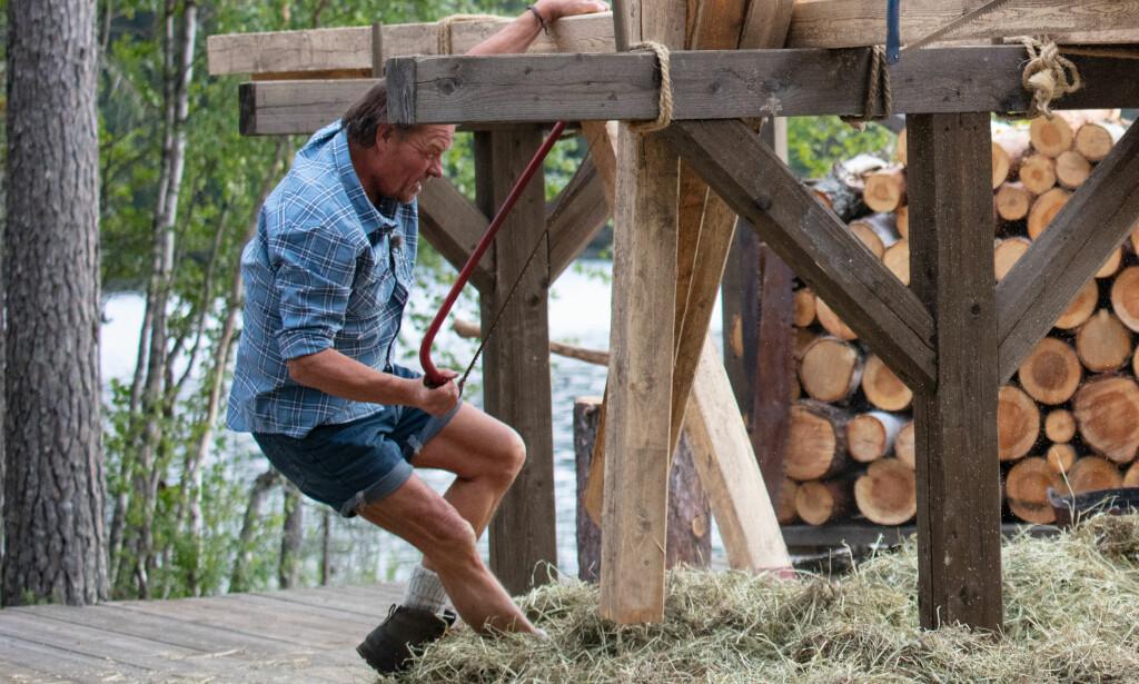 FALLER FEIL: Jørgen Ringstad deiser ned i bakken sammen med saga og trestokkene. Foto: Alex Iversen / TV 2