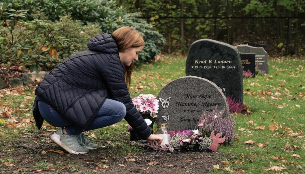 BESØKER GRAVEN OFTE: Hilde besøker datterens grav hver eneste dag. FOTO: Ida Bergersen
