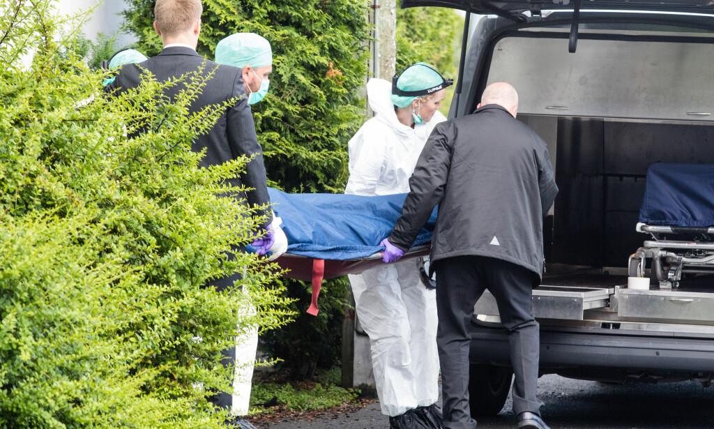 DRAP: Mandag starter rettssaken mot en kvinne som er tiltalt for å ha drept sin ektemann med to knivstikk på Grefsen i Oslo i fjor sommer. Her fraktes den drepte ut fra leiligheten. Foto: Audun Braastad / NTB scanpix